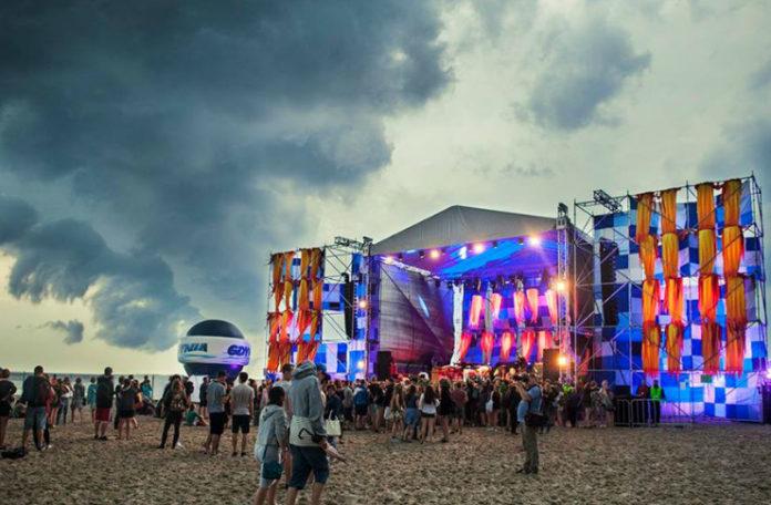 Plaża, na której stoi kolorowa scena