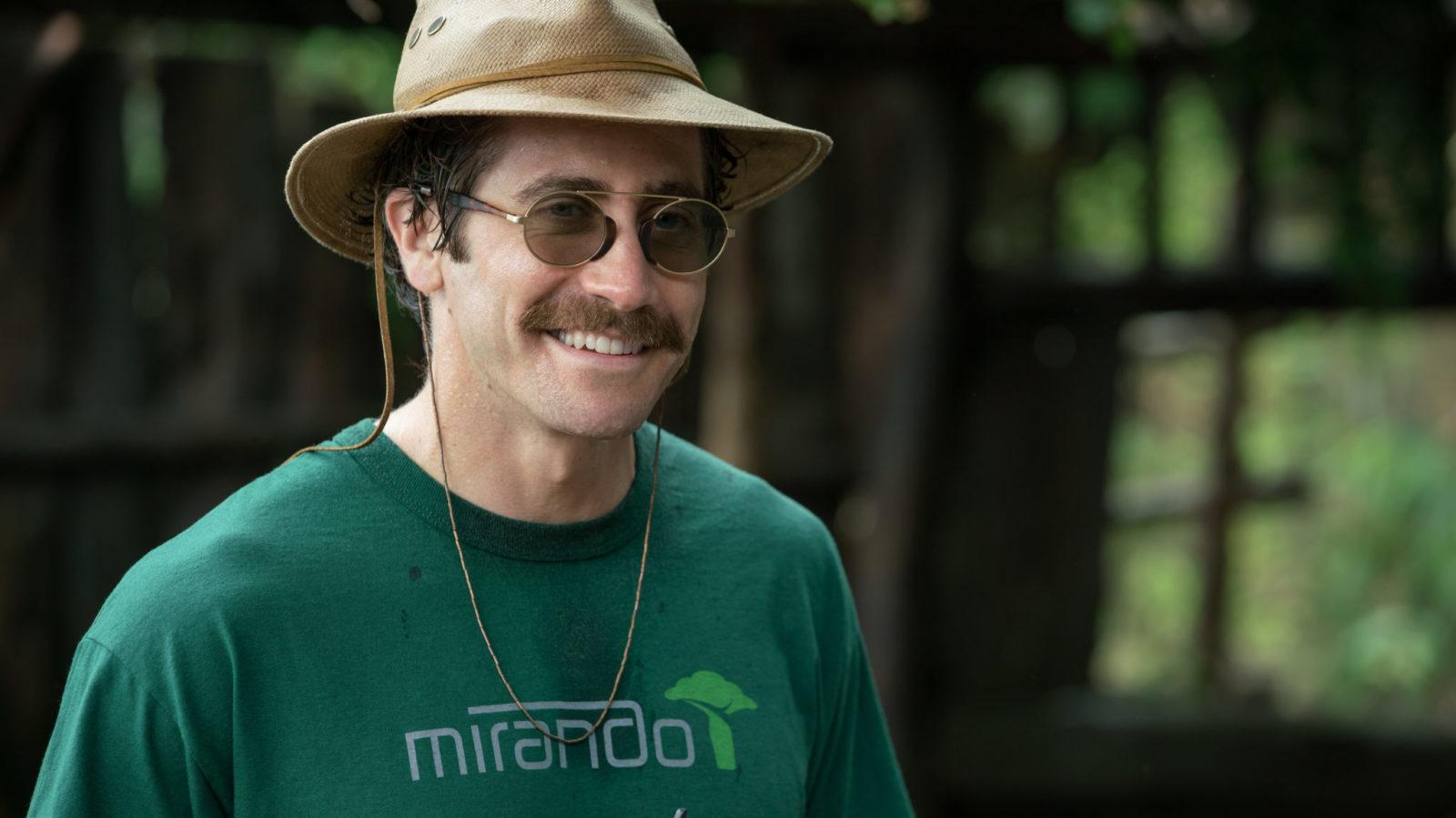 Mężczyzna ubrany w kapelusz w stylu safari, ubrany w zieloną bluzę