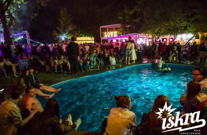 Impreza nad basenem, dużo ludzi i świateł