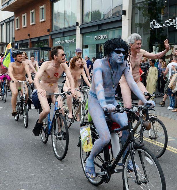 Zdjecie nagich rowerzystow podczas World Naked Bike Ride. Na pierwszym planie osoba jest w całości pomalowana farbą. Za nim widać pedałujący nago tłum ludzi.