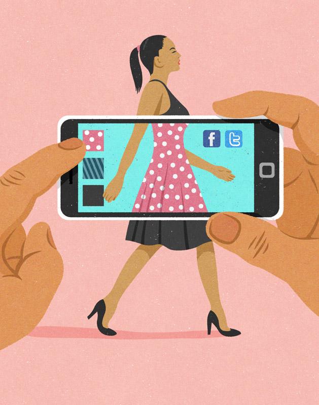 dlonie trzymajace telefon, na jego ekranie widac zmieniajacy sie kolor sukienki kobiety idacej na drugim planie