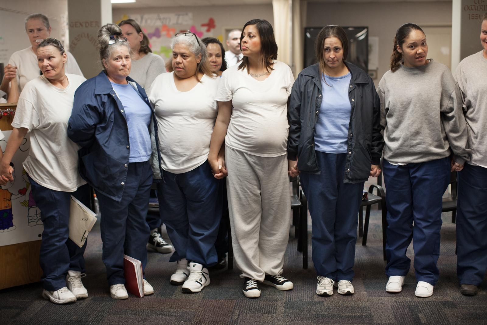 Zdjęcie 5 kobiet uwiezionych w areszcie, które doatkowo są w ciąży. Połowa z nich ubrana jest na granatowo, druga na beżowo.