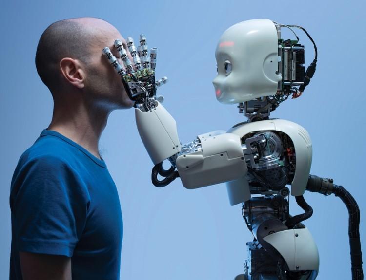 Robot trzymający za twarz mężczyznę