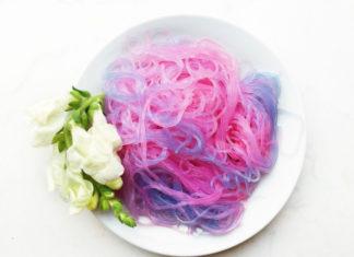Różowo-fioletowy makaron na białym talerzu