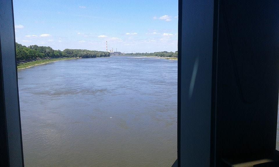 Widok z filaru mostu. Oprocz terenow zielonych i rzeki wisły, widać żerań fso w oddali