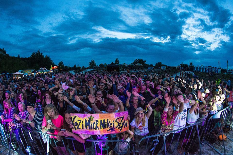 Tłum ludzi na festiwalu