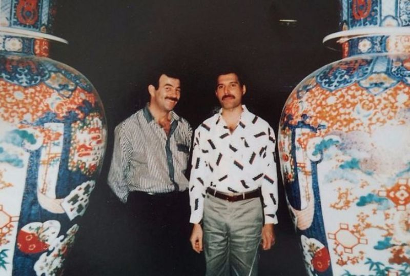na zdjęciu widzimy dwóch mężczyzn stojących obok dwóch wielkich monumentów