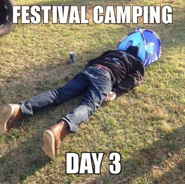 Czlowiek na festiwalu leży z głowa w mini namiocie
