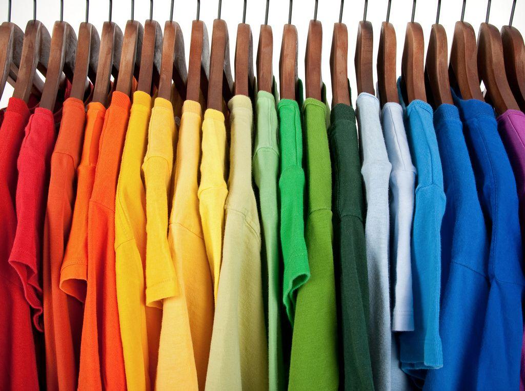 kolorowe ubrania na wieszakach