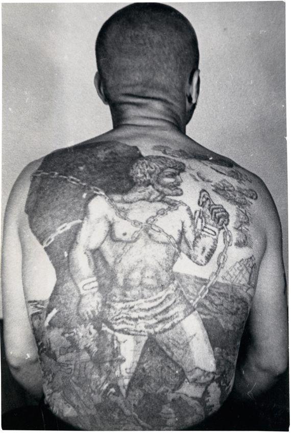 Zdjęcie pleców więźnia, które są całe w tatuażach. Widoczne jest nawiazanie do mitologicznej przypowieści jak Prometeusz oszukał Zeusa.