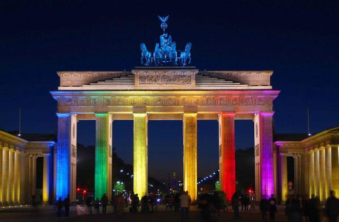 Brama Branderburska w Berlinie podświetlona w tęczowych barwach