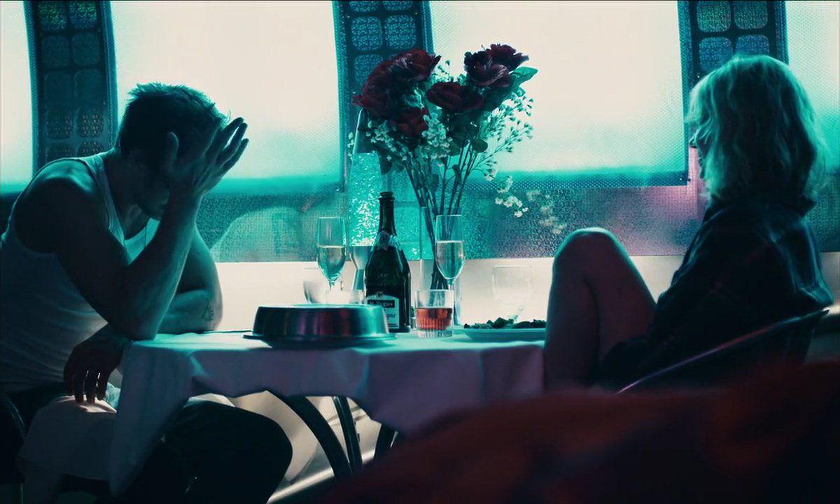 Mężczyzna i kobieta siedzący przy stole