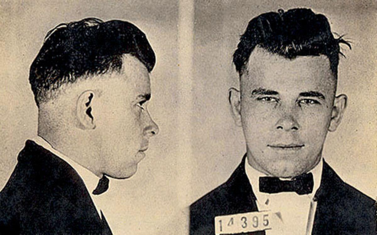 Zdjecie więzienne Johna Dillingera. Na jednym z nich stoi profilem, na drugim enface.