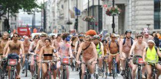 Zdjęcie przedstawia tłum nudystów na rowerach