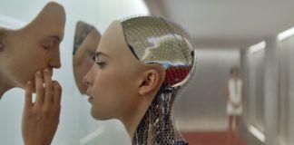 Dziewczyna-robot dotykająca maskę na ścianie