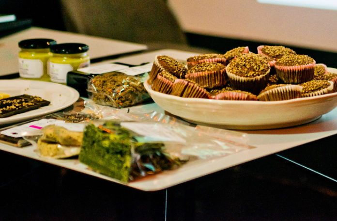 Talerze z jedzeniem oraz miska z babeczkami