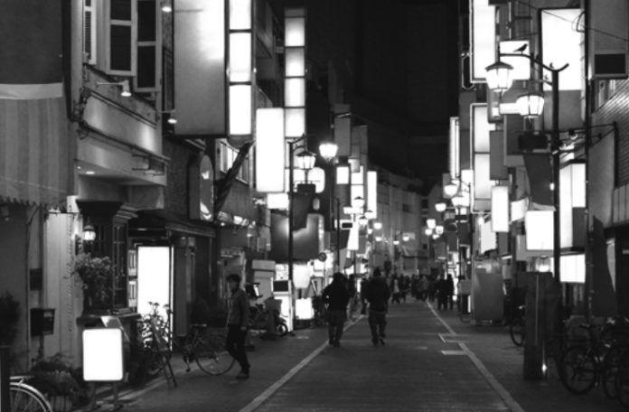 Gif przesdstawia dużą ulicę w Tokio z mnóstwem świateł i bez.