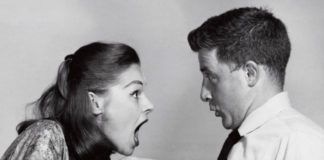 kobieta krzyczaca na mezczyzne w bialej koszuli