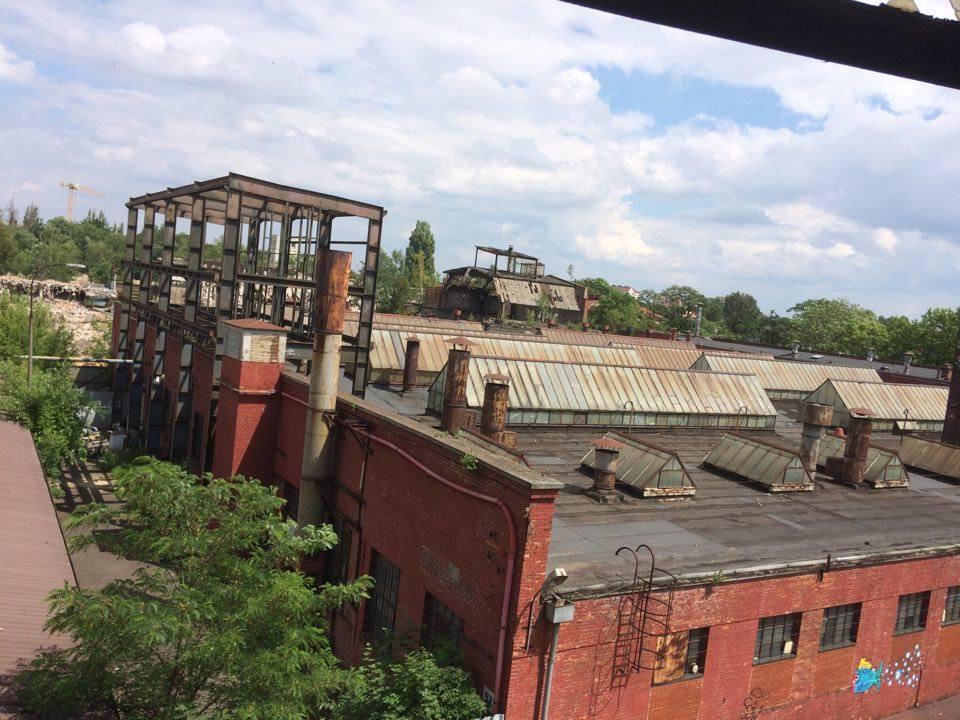 Zdjęcie budynkow, ktore były kiedys zakłądami mechanicznymi URSUS. Widać jeden z nielicznych zostawionych budynkow z czerwonej cegly.