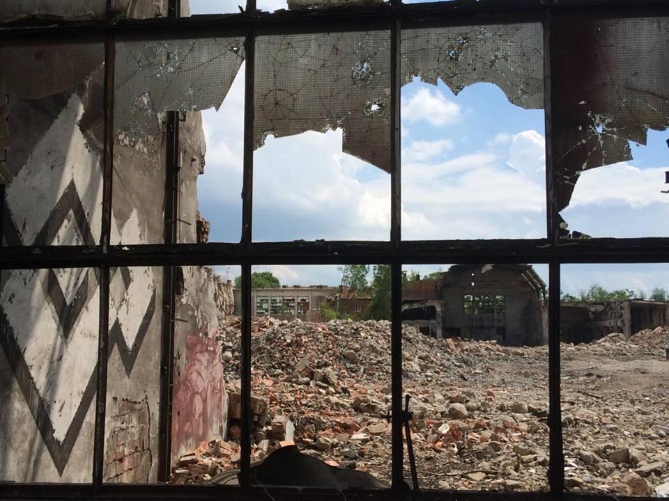 Zdjęcie gruzów pozostałych z dawnych Zakładów Ursys. Widać śmieci, gruz oraz zakratowane okno.