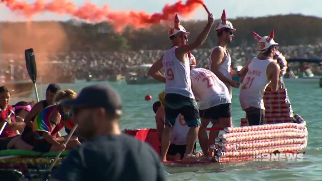 Mężczyźni stojący na łodzi z puszek po piwie