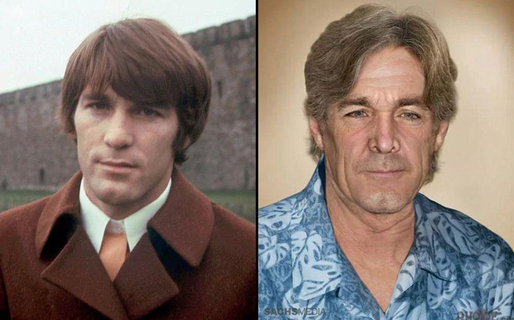Po lewej stronie młody mężczyzna ubrany w brązowy płaszcz, po prawej ten sam mężczyzna - starszy - w niebieskiej kwiatowej koszuli