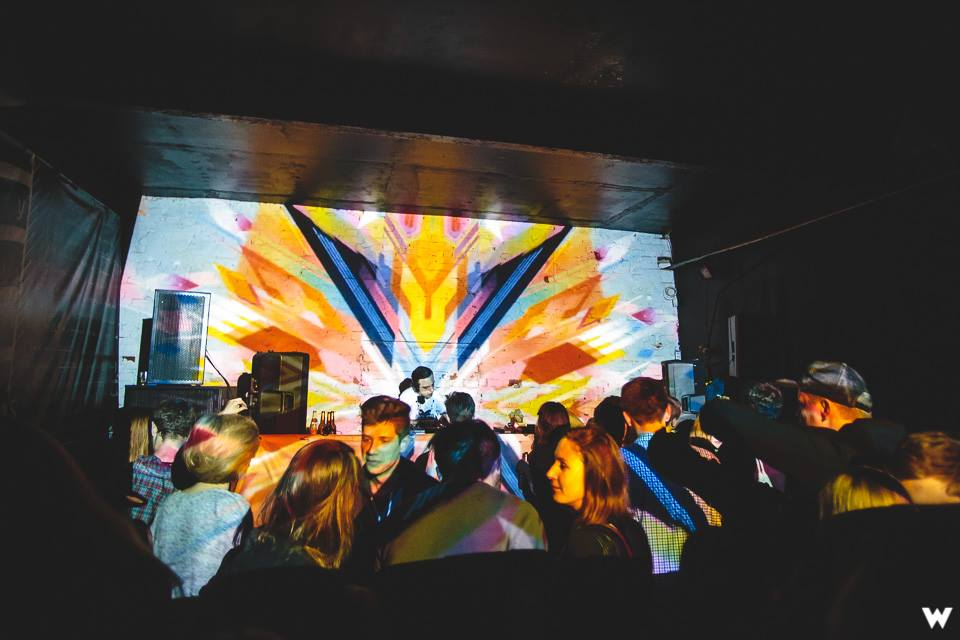 Widok na kolorową, oświetloną scenę klubu