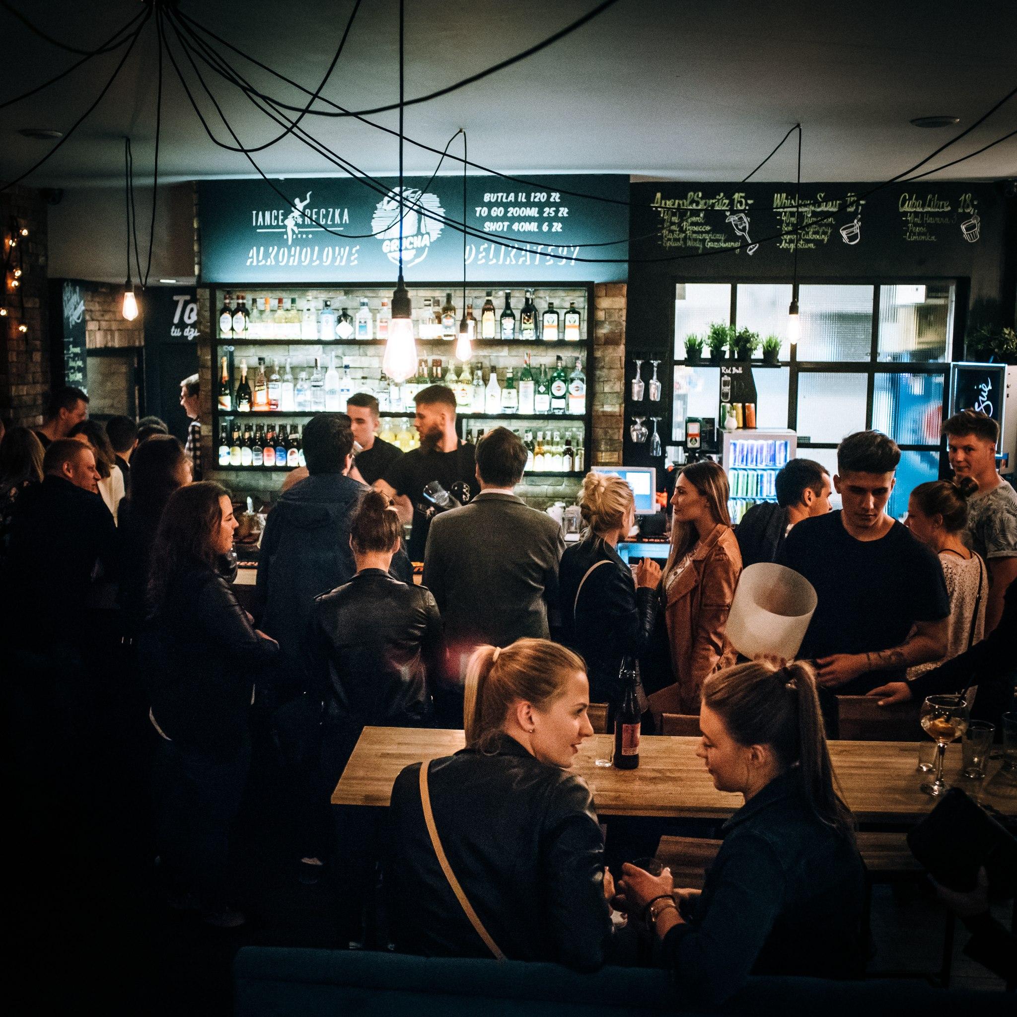 Widok na wnętrzene pubu pełnego ludzi