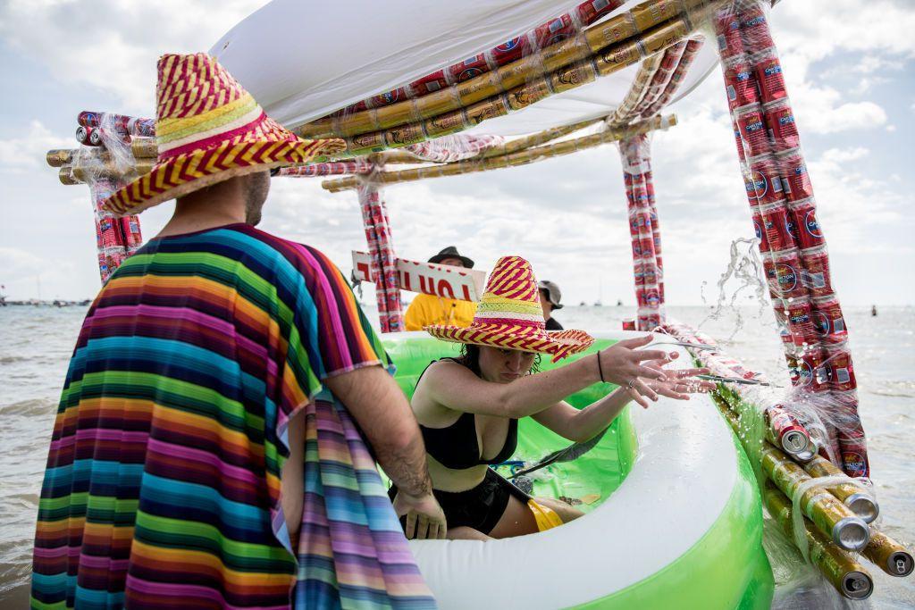 Nadmuchiwany ponton z baldachimem stworzonym z puszek po piwie