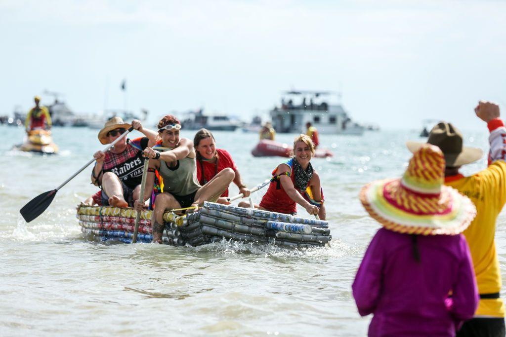 Ludzie płynący łódką z puszek po piwie