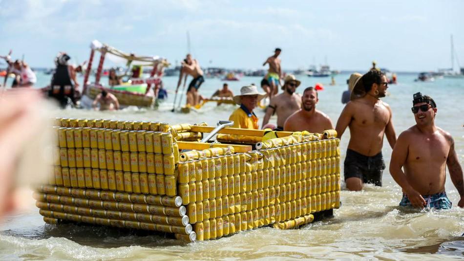 Łódka zrobiona z żółtych puszek po piwie