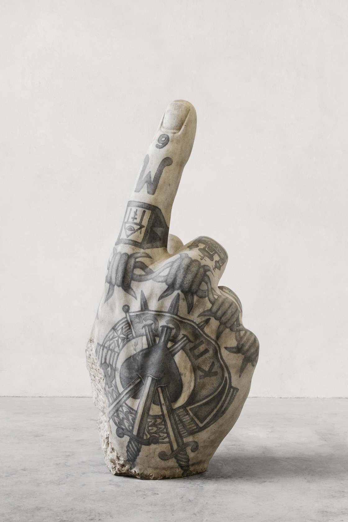 Rzeźba wytatułowanej dłoni