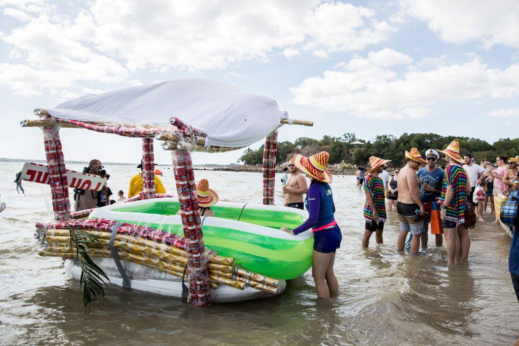 Nadmuchiwany ponton obklejony puszkami po piwie