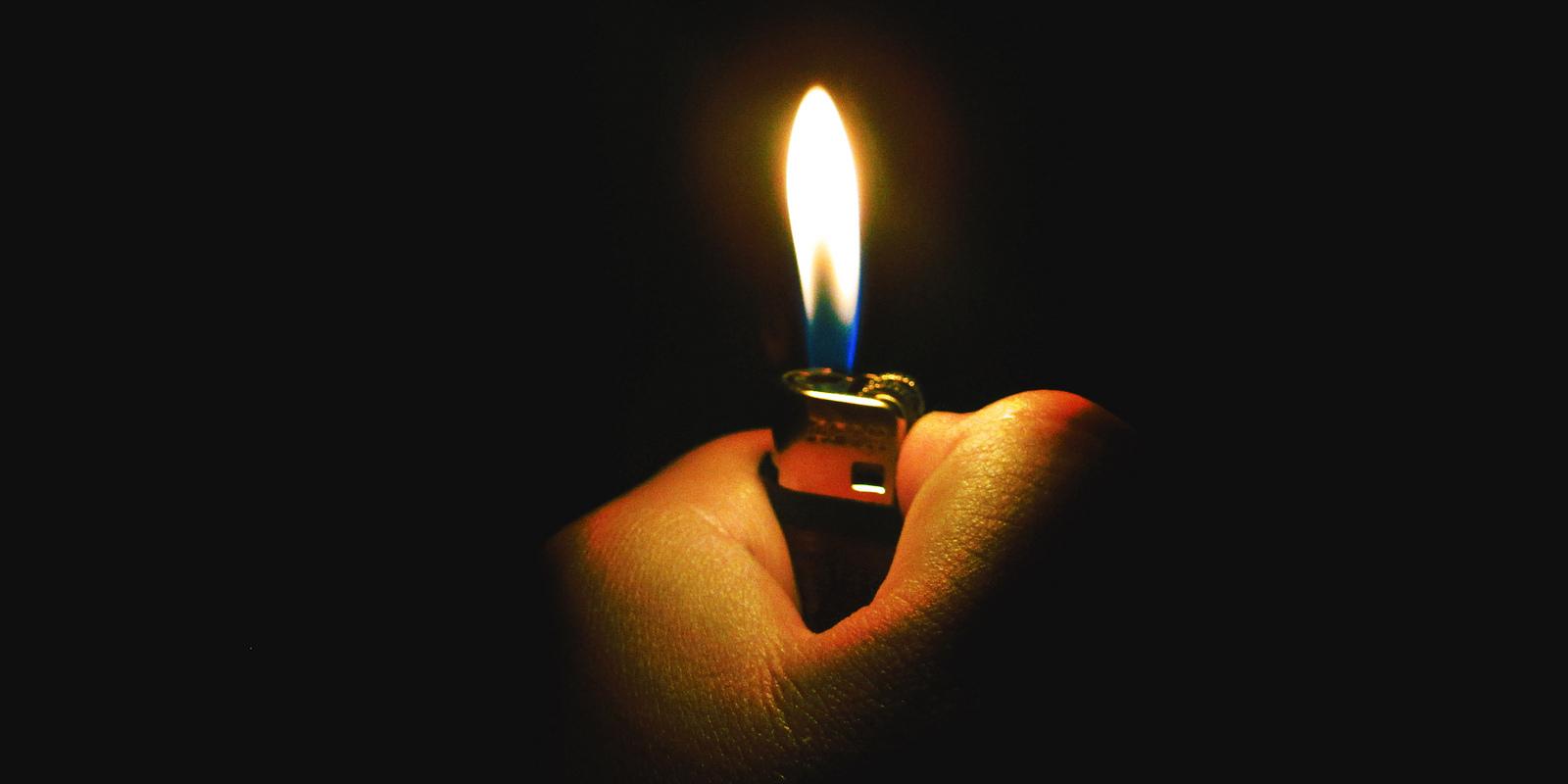Zapalniczka w dłoni