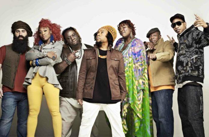 Grupa ludzi ubranych w kolorowe ubrania w różnym stylu