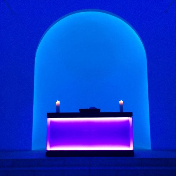 Kaplica podświetlona na granatowy i błękitny.