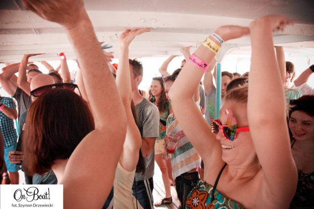Ludzie tańczący i trzymający ręce w góze