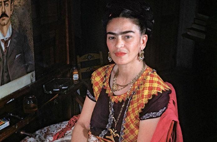 Uśmiechnięta kobieta ubrana w kolorowe ubranie