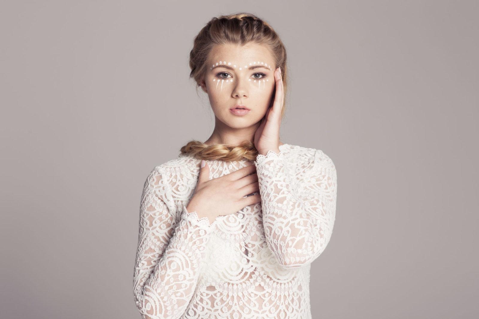 Blondynka w jasnej ażurowej bluzce