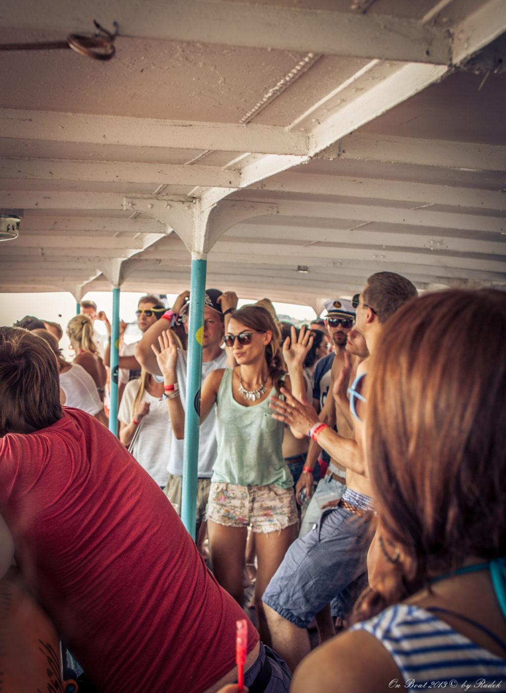 Tłum tańczących ludzi