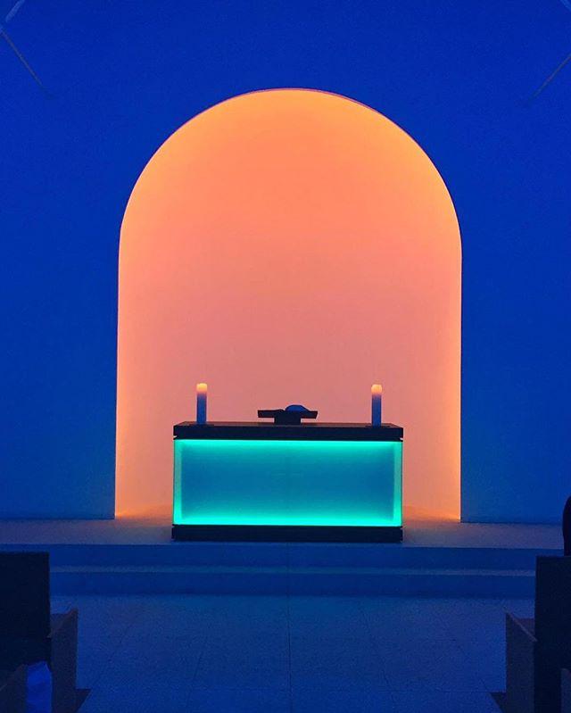 Ołtarz kaplicy podświetlony na niebiesko i pomarańczowo