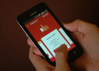 Ręka trzymająca smartfon