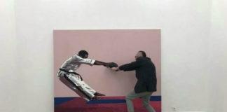 Karateka, ktory dostał cios, jest ubrany w kimono i namalowany na rozowym tle tym razem został uzupełniony przez mezczyzne, ktory wydaje się go ratowac. Bóg wie, co oni tam robili.