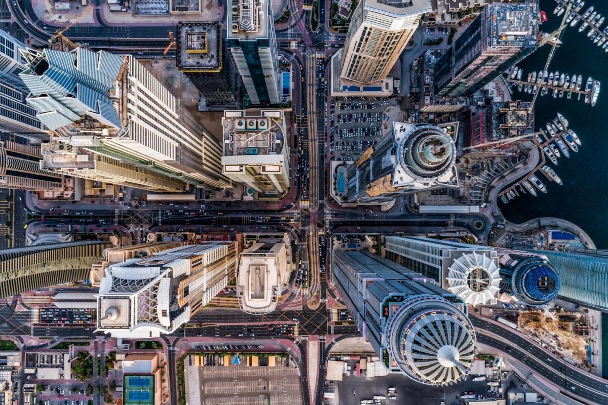 Zdjecie z lotu ptaka, ktore przedstawia metropolie. Widać dachy gigantycznych drapaczy chmur, ruchliwe ulice, ktore staja sie niewidoczne.
