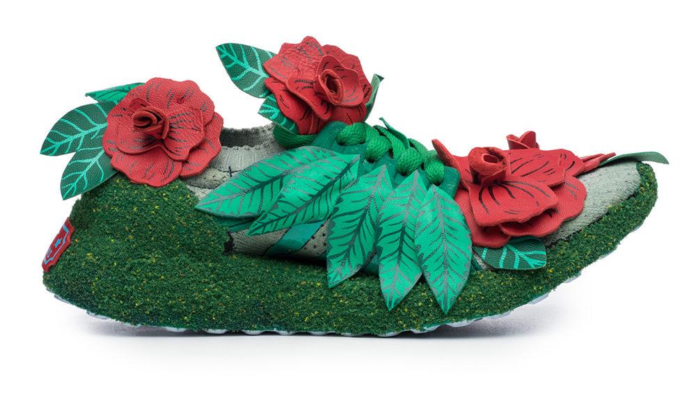 Fotografia reklamowa ukazując buty firmy Adidas, model Ultraboost w kolorze zielonym, przyozdobione zielonymi liśmi i trzeba czerwonymi kwiatami.