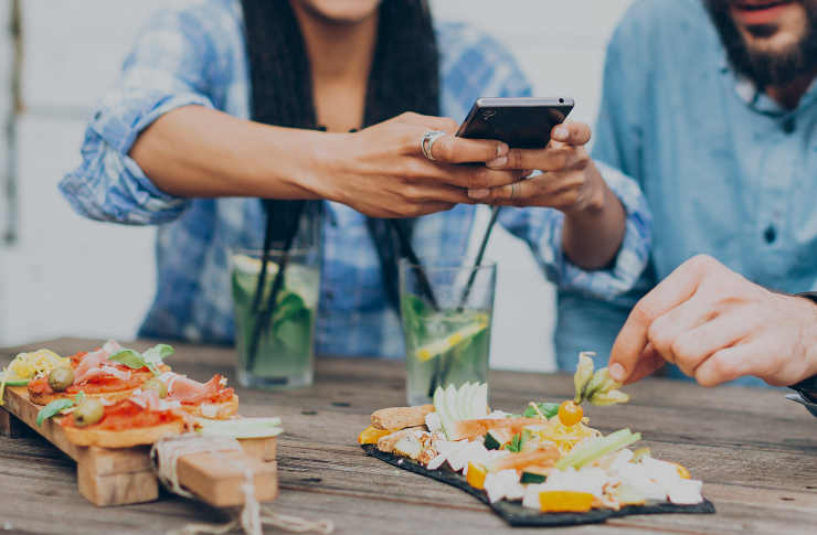 Kobieta robiąca zdjęcie posiłku