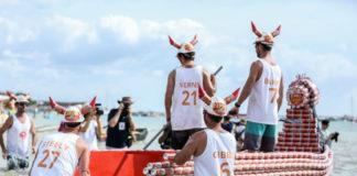 Mężczyźni w białych koszulkach na łodzi z puszek po piwie
