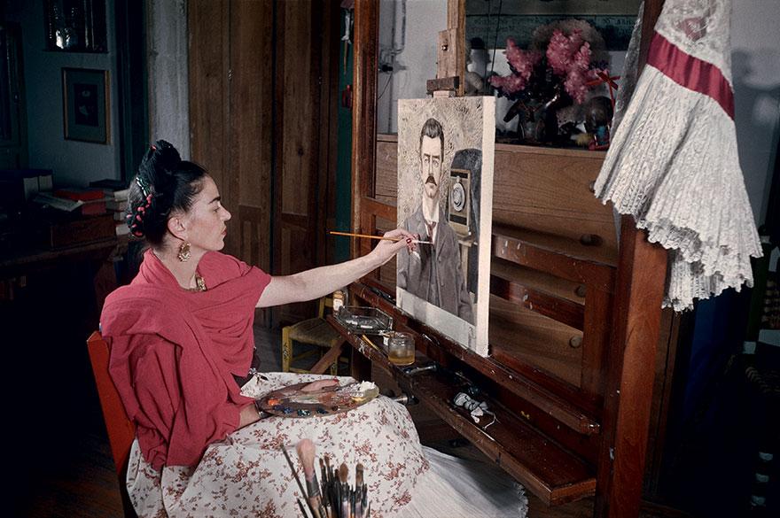 Kolorowa fotogafia przedstawiająca kobietę malującą obraz