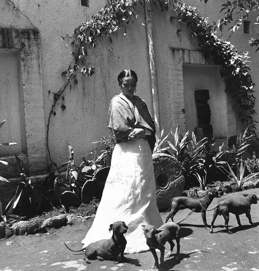 Kobieta w białych spodniach stojąca na dworzu