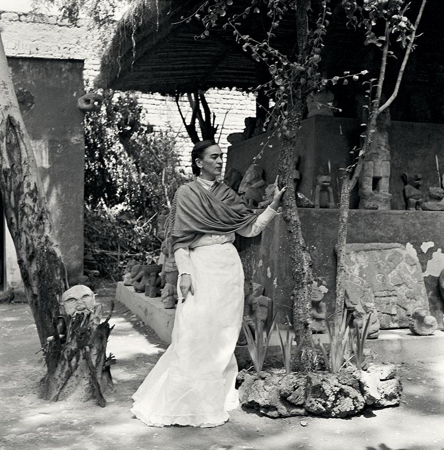 Kobieta w białej spódnicy stojąca na dworzu